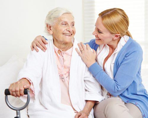 Altenpfelgerin bei der Arbeit