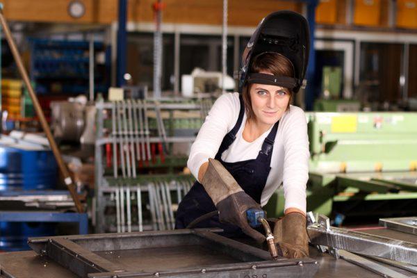Metallbaufachhelfer bei der Arbeit