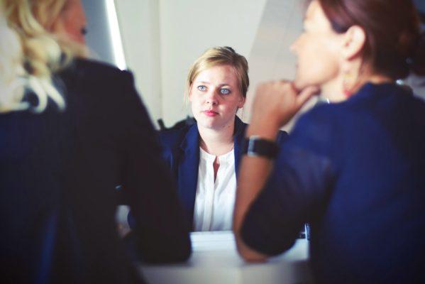 Bewerber bekommt Fragen in einem Vorstellungsgespräch gestellt